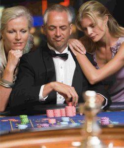 Casinomannen med vackra kvinnor